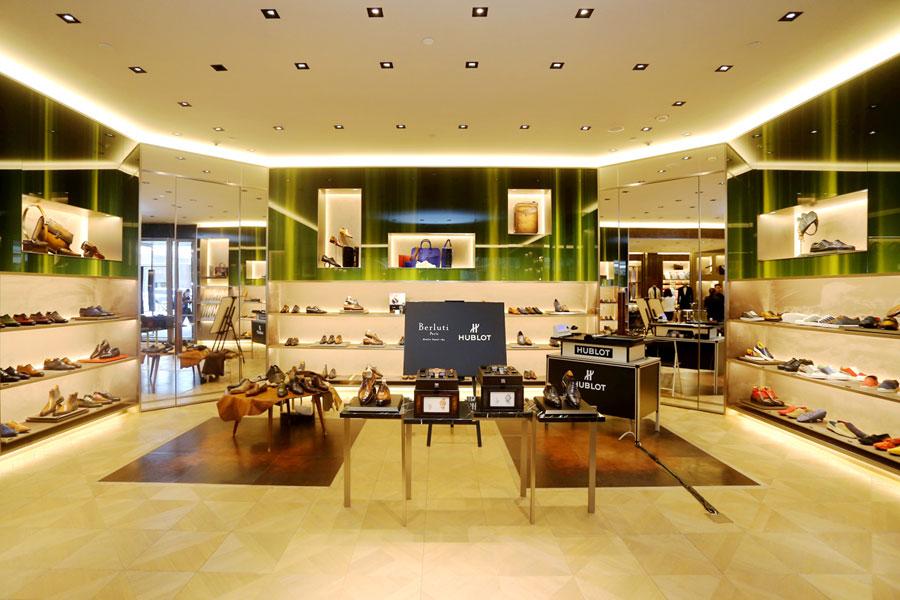在Berluti北京国贸旗舰店和Berluti上海国金中心旗舰店分别上演了一场瑞士顶级制表工艺与法国百年精湛制鞋工艺的尊贵展示。置身于宽敞透亮的店堂之中,宾客即可感受到品牌在传承古典与摩登现代之间演绎出的独特情怀,店铺的设计与陈列也无不焕发出经典考究与简约奢华的不凡气度。经典的诞生是智慧与灵感的碰撞与升华,亦是非凡技艺的承载与传达,充满着神秘的色彩。宇舶表与Berluti将传奇制作艺术带到现场,由最专业的制表师与制鞋匠分别将两个品牌的经典技艺现场分享给宾客,演绎艺术精品产生的玄妙过程,体验两个品牌相融合的独特魅力。