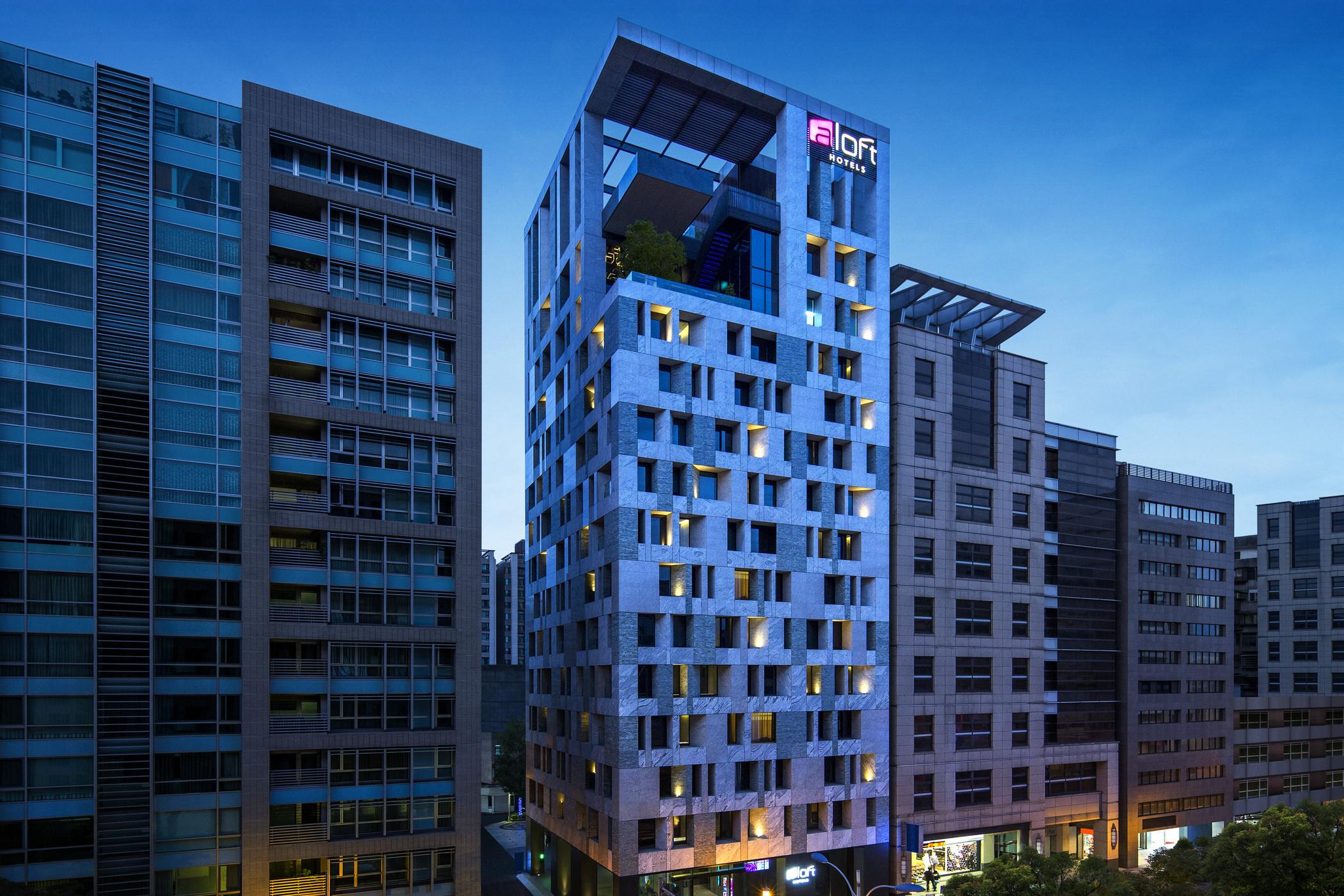 为年轻旅人量身打造酒店潮牌,是雅乐轩酒店的设计和运营理念,它是酒店业历史上发展速度最快的品牌之一,在创办后的短短六个月时间里,就在三个国家开设了18家酒店,目前筹备酒店数量在喜达屋各大品牌中位居第二。台北中山雅乐轩酒店是台湾第一间亚太第十间,青春活泼的感觉与W酒店一脉相承,从你步入酒店的那一刻,乘坐电梯经过走廊,直到你进入房间和餐厅,都会感受到其带来的设计、音乐以及科技元素上的创新。