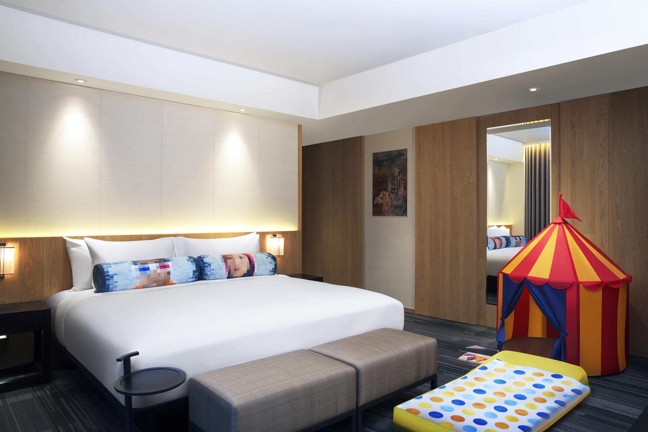 酒店拥有88间设计新颖的客房,均配有蓝牙门锁,用手机的SPG应用程式即可开启房门。此外,客房内皆配有英国斯林百兰 Slumberland的舒适睡床、Bliss 的沐浴备品、多功能面板与免费无线网路,且更配置有来自台湾在地新锐艺术家的创作品装置艺术,共88幅的原创画作展现台湾艺术设计的艺术魅力。