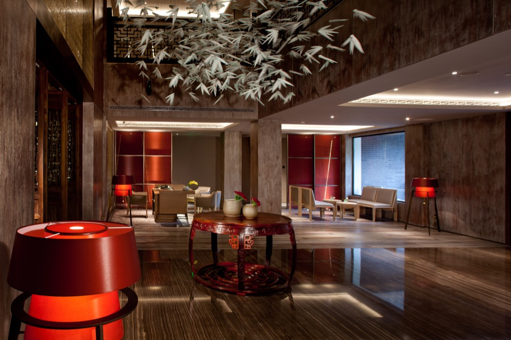 成都钓鱼台精品酒店传承御苑行宫800年历史基因,融会当今国宾馆雍容气度,成都钓鱼台精品酒店为全球客人、各界精英提供独有的尊贵体验。酒店设施由法国殿堂级大师Bruno Moinard主持设计,于16000平米的两座中式庭院,布置出45间外交级客房,3间品位级餐厅及酒廊,1座钓鱼台俱乐部,带给您东方宅邸的超凡体验。