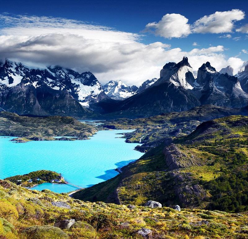 """十二月的来临意味着这一年即将结束,背包客们可以选择在拥有雄伟景观的智利迎接新年,壮阔巍峨的山脉和丰富神奇的地形地貌会让你惊叹于这个狭长国家的自然美景。此外,瑞典、加拿大的贾斯珀、美国的布雷肯里奇,以及瑞士的""""冰川快车""""之旅,将帮你一扫冬季的沉闷。"""