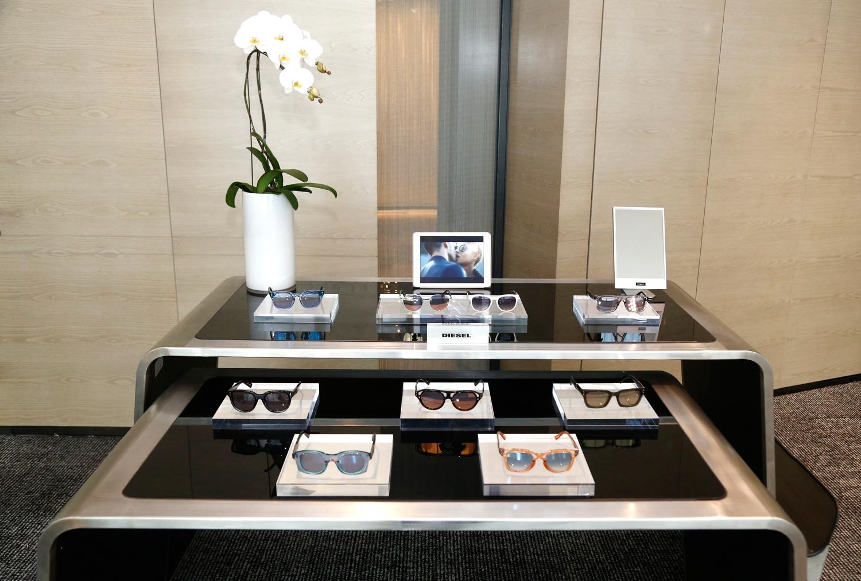 全新 Diesel Eyewear 太阳镜系列一如既往地唤醒国际生活品牌的标志性元素。新系列眼镜再次以丹宁、军旅和摇滚或机车元素为核心概念,与强劲醒目镜框的配合又不失和谐。太阳镜系列将激情、变化与自由创新与Diesel的品牌精神和生活态度完美融合。无懈可击的细节、丹宁的元素、前框切割造型、亮丽金属与醋酸纤维相结合,以及大胆的边缘设计贯穿整个系列。
