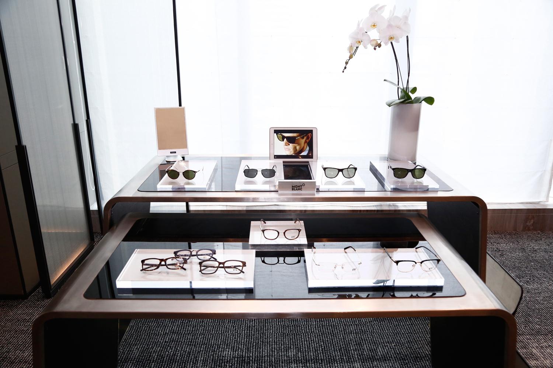 全新款式结合了传统与精密工艺。每副镜架都秉承万宝龙固有的优雅风格精制而成。太阳眼镜和光学眼镜在忠于万宝龙的传统和技术基础上,被赋予最现代的重新改造︰以精密的设计、巧妙的功能性、工艺细节以及结合顶尖材质而成的轮廓,象征着品牌的隽永精神。眼镜系列的低调镜型和流畅线条,以复古魅力展现出重新设计的标志性款式。每种款式以采用蔡司高性能尼龙镜片更显出众,巩固了万宝龙制作高品质产品的声誉。