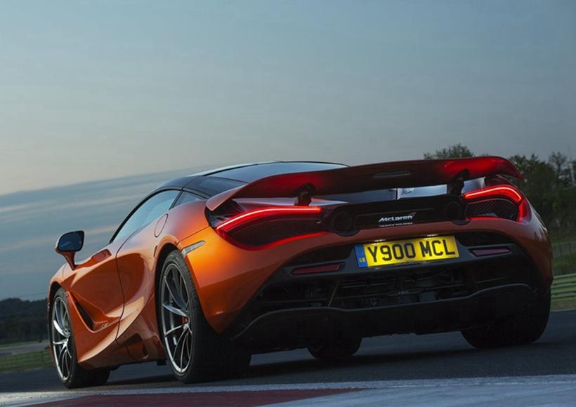 McLaren 720S (2018)在发动机方面,搭载全新4.0升V8双涡轮增压发动机,采用低惯性和双涡管涡轮等技术,比原来3.8升发动机更新41%新部件,使得最大功率提升至720HP,最大扭矩770NM,0-100KM/H加速仅需2.9S,0-200KM/H加速低于8S,极速去到341KM/H。