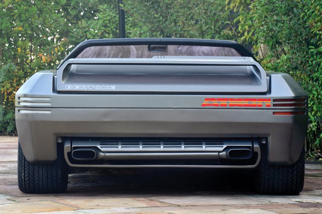 诞生于1980年的兰博基尼Athon概念车完全诠释了那个时代的楔形潮流,车子侧面看上去尖锐得像一把匕首——展现了那时人们对空气动力学的研究成果。