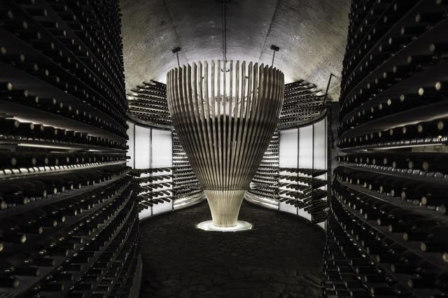 """雨耕山也精巧的呼应了葡萄酒文化的灵魂理念""""terroir"""", 暨只属于本地的独一无二的风土条件。作为中国葡萄酒文化传播的先驱机构,哥德芬在葡萄酒文化传播和酒窖建筑设计领域完美实现了跨界整合,独创性把葡萄酒文化通过建筑和设计的方式恰如其分的融入了中国家庭,一定程度上引领了一种新兴的现代时尚生活方式在中国悄然形成。"""