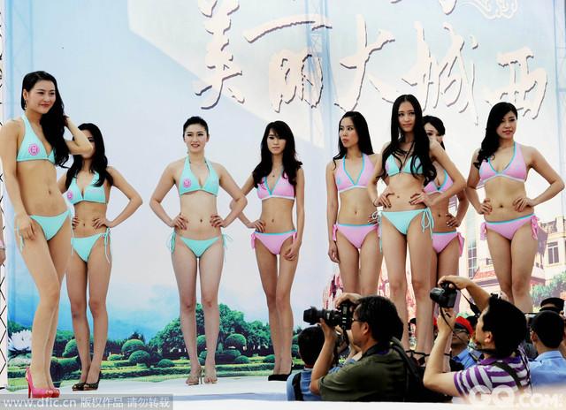 2012年5月5日,身穿比基尼的美丽小姐们在江西景德镇T台走秀。