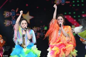 Twins上海演唱会万人大合唱 粉红闺蜜装仙女下凡