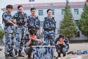 《真正男子汉》曝光剧照 佟丽娅、杨幂变吃瓜群众