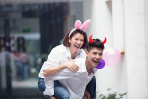 《一年级》袁咏仪戴兔耳朵似少女 当张智霖面与学生打情骂俏
