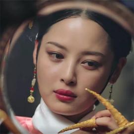 听说邪恶的女人都爱照镜子?